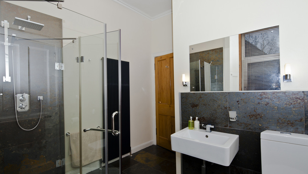Spacious bathroom at Ben A'an B and B in Callander